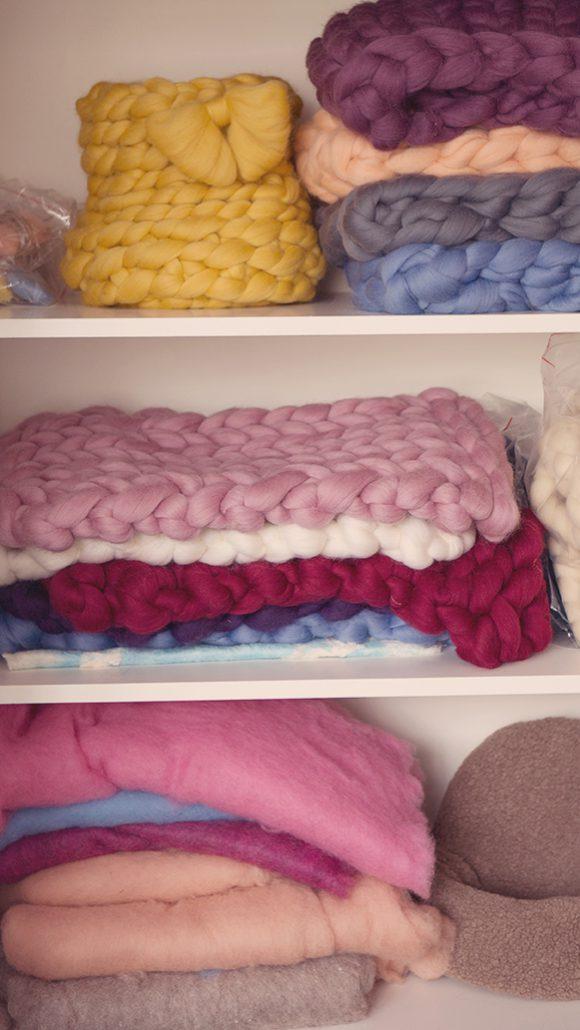 Sessel, Körbchen aus Wolle es sollte an nix fehlen :) Und natürlich die Korbfüller das die kleinen Mäuse es bequem haben :)